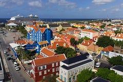 Vista di Willemstad, Curacao con la nave da crociera immagini stock libere da diritti