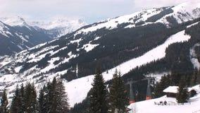 Vista di Wintersport con l'elevatore dello sci in Austria stock footage