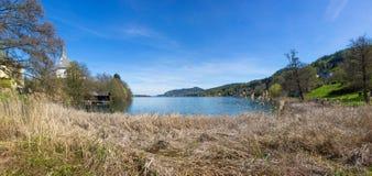 Vista di Woerth del lago dalla spiaggia Maria Woerth Fotografie Stock Libere da Diritti