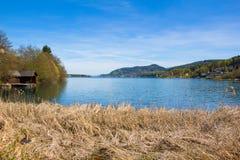 Vista di Woerth del lago dalla spiaggia Maria Woerth Fotografie Stock