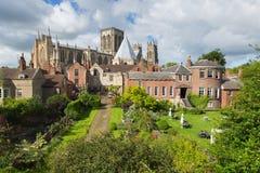 Vista di York Minster York Inghilterra dai mura di cinta della cattedrale e dell'attrazione turistica immagini stock libere da diritti