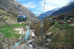Vista di Zermatt dal giro della cabina di funivia da Klein il Cervino Fotografia Stock Libera da Diritti