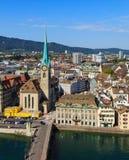 Vista di Zurigo dalla torre della cattedrale di Grossmunster Immagini Stock