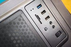 vista diagonal del panel del ordenador con los conectores de la comunicación: usb, audio, flash y otros imagen de archivo libre de regalías