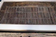 Vista diagonale dell'angolo alto di una griglia del barbecue fotografia stock libera da diritti