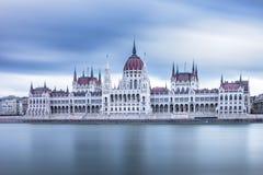 Vista dianteira ao parlamento húngaro em um dia nebuloso em Budapest, Hungria imagem de stock royalty free