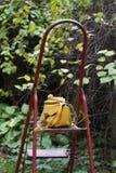 Vista dianteira da bolsa amarela do hippster na escada Foto de Stock Royalty Free