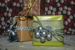 Vista dianteira da caixa com os presentes fotografia de stock royalty free