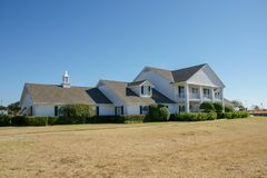 Vista dianteira da casa de rancho de Southfork, Parker, Texas, Estados Unidos O rancho aparece na série de televisão Dallas fotos de stock