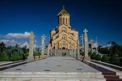 Vista dianteira da catedral da trindade santamente em Tbilisi com céu azul acima fotos de stock royalty free