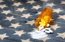 A vista dianteira da garrafa aberta da prescrição encheu-se com a dor k do opiáceo Imagens de Stock Royalty Free