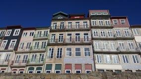 Vista dianteira de construções coloridas em Ribeira, Porto, Portugal Fotografia de Stock