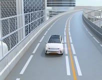 Vista dianteira de SUV bonde branco que conduz na estrada ilustração royalty free