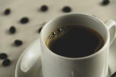 Vista dianteira de um copo delicioso e saboroso do café recentemente feito com feijões de café fotos de stock