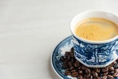 Vista dianteira de um copo velho e rústico delicioso e saboroso do café recentemente feito com feijões de café foto de stock