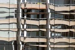Vista dianteira de um prédio de apartamentos fotografia de stock royalty free