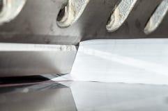 Vista dianteira de uma guilhotina de papel imagens de stock royalty free