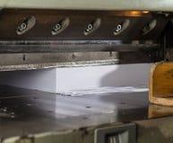 Vista dianteira de uma guilhotina de papel na indústria imprimindo comercial Guilhotina industrial hidráulica imagem de stock