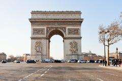 Vista dianteira do arco triunfal de l Etoile em Paris Fotografia de Stock