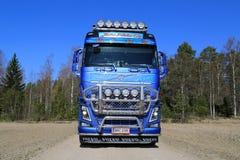 Vista dianteira do caminhão da madeira de Volvo FH16 na estrada secundária Fotografia de Stock Royalty Free
