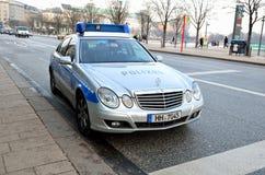 Vista dianteira do carro de polícia de Mercedes em Hamburgo, Alemanha Foto de Stock Royalty Free