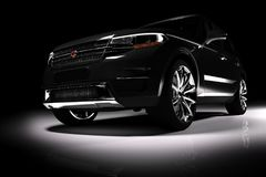 Vista dianteira do carro preto moderno de SUV em um projetor Imagens de Stock Royalty Free