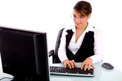 Vista dianteira do executivo de mulher que trabalha no computador Imagem de Stock Royalty Free
