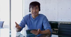 Vista dianteira do executivo masculino asiático que interage no escritório 4k filme