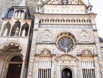 vista dianteira do patamar da basílica e do Cappella Colleoni foto de stock royalty free