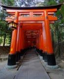 Vista dianteira do primeira de portas vermelhas de Torii dos milhares no santuário de Fushimi Inari em Kyoto foto de stock