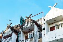 Vista dianteira nas casas velhas em um fundo do céu azul foto de stock