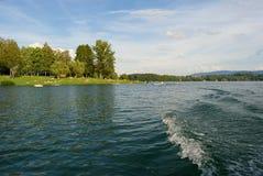 Vista dietro dalla barca e dalle onde giranti fatte in barca, bacino idrico di Zermanice Fotografie Stock Libere da Diritti