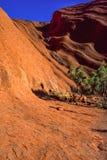 Vista diferente da rocha Uluru de Ayers A luz solar da manhã sublinha a superfície listada da formação de rocha, Uluru-Kata Tjuta foto de stock