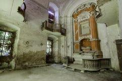 vista dilapidata dell'interno della chiesa Immagine Stock Libera da Diritti
