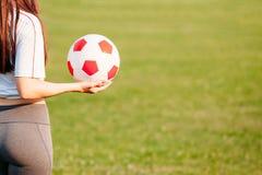 Vista disponibila del pallone da calcio dalla parte posteriore Copi lo spazio Primo piano Concetto della partita di football amer fotografia stock libera da diritti