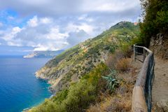 Vista distante de Corniglia, Italia Fotos de archivo