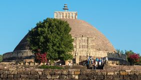 Vista distante de gran Stupa que visita por los turistas fotos de archivo