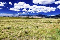 Vista distante de las dunas y de las montañas de arena Imágenes de archivo libres de regalías