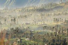 Vista distante de un pueblo brumoso Imagen de archivo