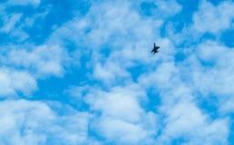 Vista distante de un vuelo del avión de la guerra en cielo azul Imagenes de archivo