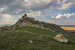 Vista distante del castello dietro le pietre immagine stock