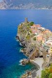 Vista distante del pueblo de Vernazza, Italia Fotografía de archivo libre de regalías