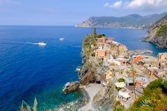 Vista distante del pueblo de Vernazza, Italia Foto de archivo libre de regalías