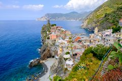 Vista distante del pueblo de Vernazza, Italia Imagen de archivo libre de regalías