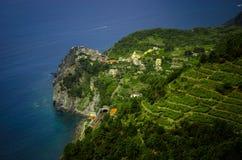 Vista distante del pueblo italiano Foto de archivo libre de regalías