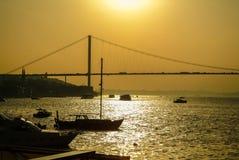 Vista distante del puente de Bosphorus en Estambul en la puesta del sol Foto de archivo libre de regalías