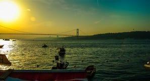 Vista distante del puente de Bosphorus en Estambul en la puesta del sol Fotografía de archivo libre de regalías