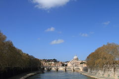 Vista distante del río de Vatican y de Tiber foto de archivo