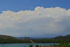 Vista distante della parete massiccia di Ostrica nel villaggio di Grebastica, Dalmazia, Croazia immagini stock