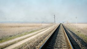 Vista distante delle rotaie del ferro per i treni in mezzo alla steppa video d archivio